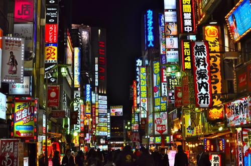 Kehidupan Malam dengan Lampu Neon Terang di Tokyo (sumber)