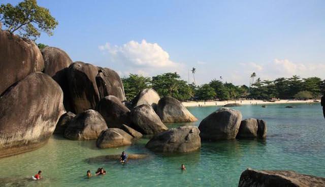 Berenang di Pantai Tanjung Tinggi, Pulau Belitung