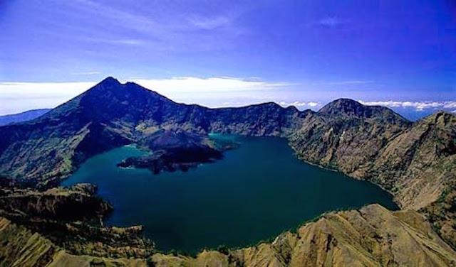 Gunung Rinjanid dengan Danau Segara Anak, Lombok, Nusa Tenggara Barat, Indonesia (sumber)