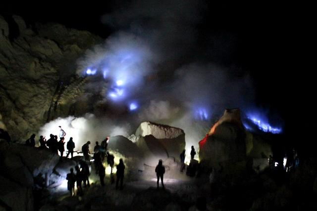 Blue Fire atau api biru terlihat di Kawah Ijen, Jawa Timur (sumber)