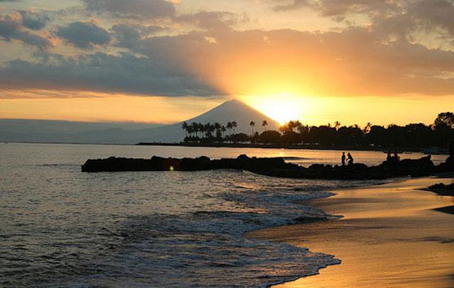 Sunset di Pantai Senggigi (sumber)