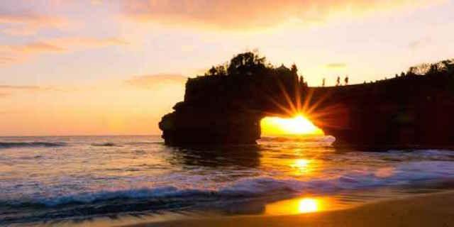 Sunset di Pura Batu Bolong, Lombok (sumber)
