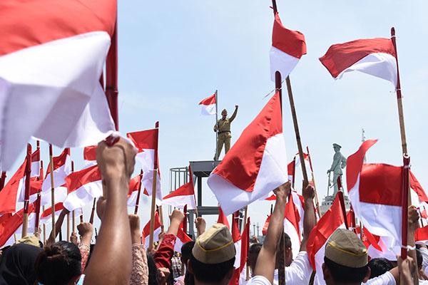 Sejumlah pejuang Indonesia memekikkan kemerdekaan seusai menduduki markas tentara Jepang S.E 21/24 Butai saat pementasan drama kolosal pengibaran bendera Merah Putih pertama kali di Dermaga Ujung, Tanjung Perak, Surabaya, Jawa Timur, Minggu (29/11). Drama kolosal mengenai cerita perjuangan rakyat Indonesia saat menghadang dan menawan tentara Jepang yang keluar masuk wilayah Ujung tersebut digelar oleh pegiat sejarah Roodeburg dan alumni AAL angkatan ke-51. ANTARA FOTO/M Risyal Hidayat/kye/15
